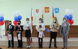 В Администрации Алушты поздравили юную алуштинку - ровесницу Крымской весны и вручили паспорта 14-летним ребятам