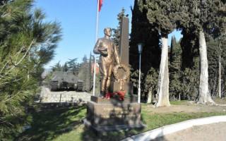 В Алуште возложили цветы к памятникам защитников Отечества
